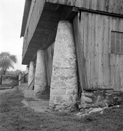 Mennonite barn, Lancaster County, Penn, published in Sibyl Moholy-Nagy's Native Genius in Anonymous Architecture, 1957, 135. Photograph by Sibyl Moholy-Nagy. Special Collections and Archives, UCSC © Hattula Moholy-Nagy