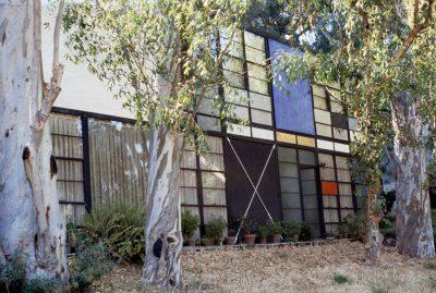 Charles Eames, Ray Eames, and Eero Saarinen, Eames House, Pacific Palisades, Calif., 1945–49. Photograph by Pat Kirkham, 1983 © Pat Kirkham