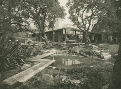 Riggs and Shaw, Alice Erving House, Montecito, Calif., 1949–51. Photograph by Maynard Parker published in House Beautiful, May 1961. Architecture and Design Collection, Art, Design & Architecture Museum, University of California, Santa Barbara