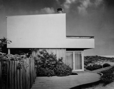 Riggs and Shaw, Robert E. Gross Beach House, Capinteria, Calif, 1949. Alterations by Lutah M. Riggs, 1952–54 and 1962–64. Photograph by Fred R. Dapprich. Architecture and Design Collection, Art, Design & Architecture Museum, University of California, Santa Barbara